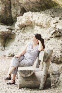 kobieta z nadwagą na ławce